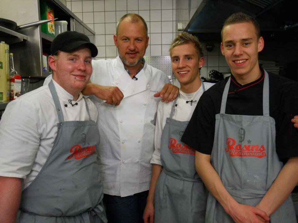 Frank Rosin (2.v.l.) freut sich mit den Köchen Max (l.), Sören (2.v.r.) und Kenneth (r.) über das gelungene Testessen. - Bildquelle: kabel eins