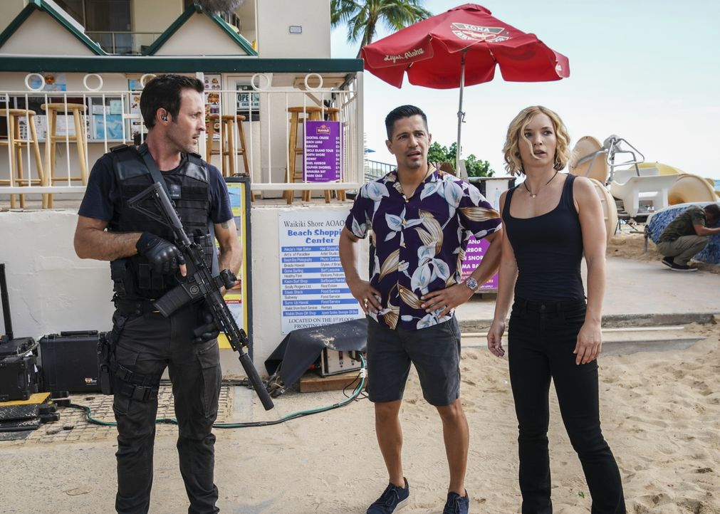 (v.l.n.r.) Steve McGarrett (Alex O'Loughlin); Thomas Magnum (Jay Hernandez); Juliett Higgins (Perdita Weeks) - Bildquelle: Karen Neal 2019 CBS Broadcasting, Inc. All Rights Reserved. / Karen Neal