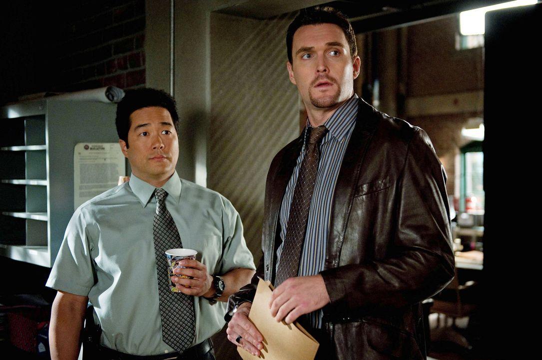 Rückblende: Wayne Rigsby (Owain Yeoman, r.) und Kimball Cho (Tim Kang, l.) treffen zum ersten Mal auf Patrick Jane ... - Bildquelle: Warner Bros. Television