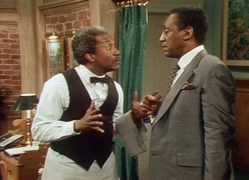 Der Kellner hat großes Verständnis für Cliffs (Bill Cosby, r.) Probleme, denn auch seine Kinder mögen die Hamburger nicht, die es in dem Gourmet... - Bildquelle: Viacom