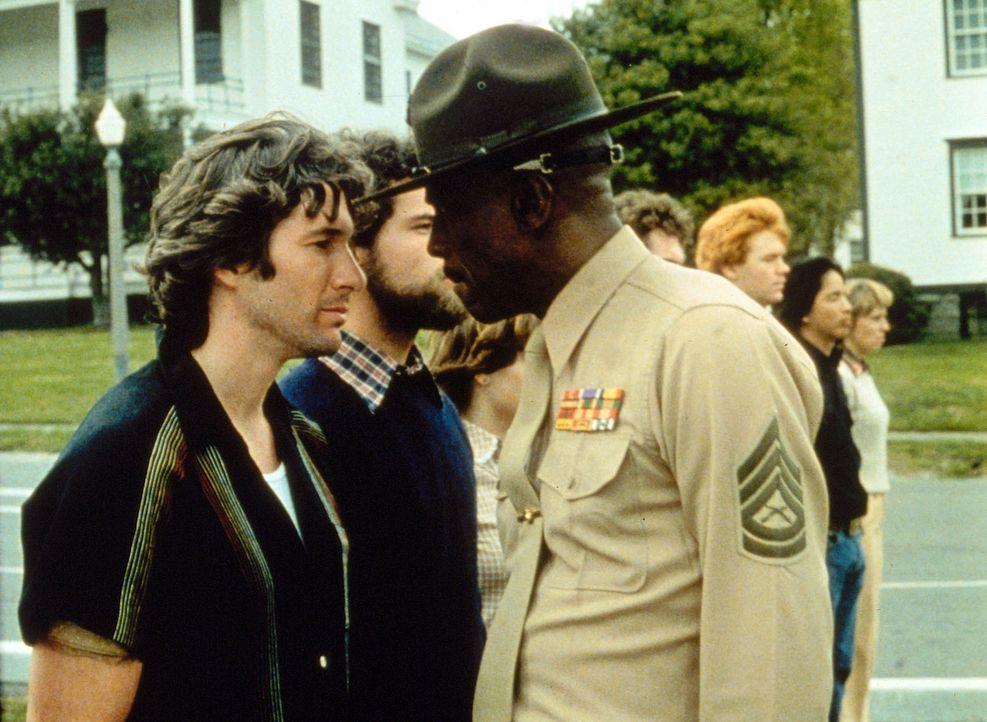 In dem knallharten Ausbilder Sergeant Foley (Louis Gossett jr., r.) findet der antiautoritäre Rebell Zack Majo (Richard Gere, l.) schnell einen wü... - Bildquelle: Paramount Pictures
