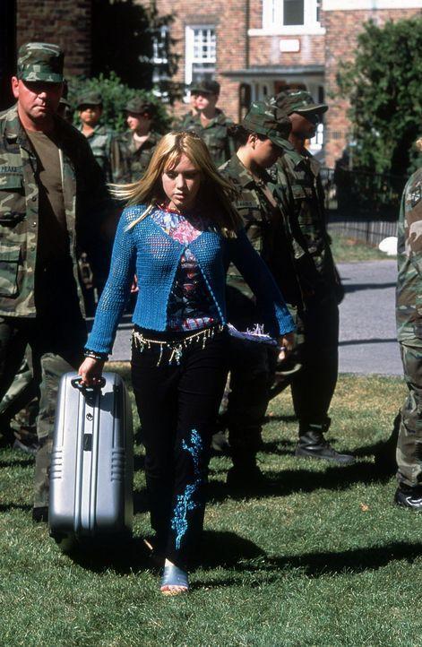 Kaum in der Militärakademie angekommen, muss Kelly (Hilary Duff) ihre Designerkleider gegen die Uniform austauschen ... - Bildquelle: Walt Disney Television
