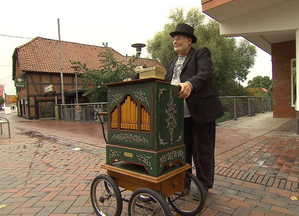 """In der Fußgängerzone in Gifhorn kennt man ihn als """"Drehorgel Helmut"""": einen sympathischen älteren Herrn mit Leierkasten. Doch die freundliche Fassad... - Bildquelle: kabel eins"""