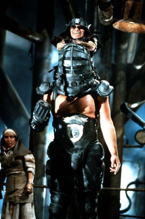 Eine gefährliche Kombination aus Kraft und Grips: Der Master- (Angelo Rossito, oben) Blaster (Paul Larsson, unten) ist Max? Gegner in der Donnerkup... - Bildquelle: Warner Bros.