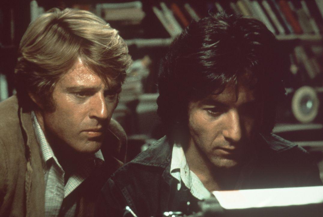 Bei den polizeilichen Untersuchungen entdecken Carl Bernstein (Dustin Hoffman, r.) und Bob Woodward (Robert Redford, l.) immer mehr Ungereimtheiten... - Bildquelle: Warner Bros.