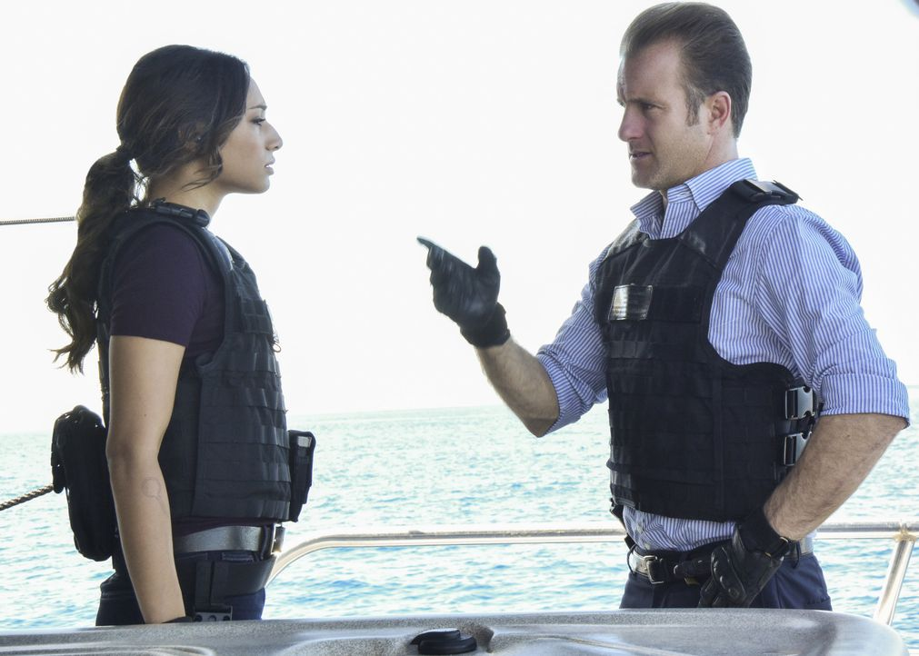 Nachdem sich auch per Funk die Crew der Yacht nicht meldet, muss das Five-0 Team (Meaghan Rath, l. und Scott Caan, r.) anhand von Satellitenbilder f... - Bildquelle: Norman Shapiro 2017 CBS Broadcasting Inc. All Rights Reserved. / Norman Shapiro