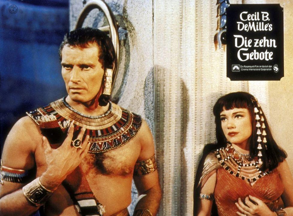 Durch heldenhafte Kriegstaten und städtebaulichen Eifer erlangt Moses (Charlton Heston, l.) die Gunst seines Stiefvaters und die Liebe der Prinzess... - Bildquelle: Paramount Pictures