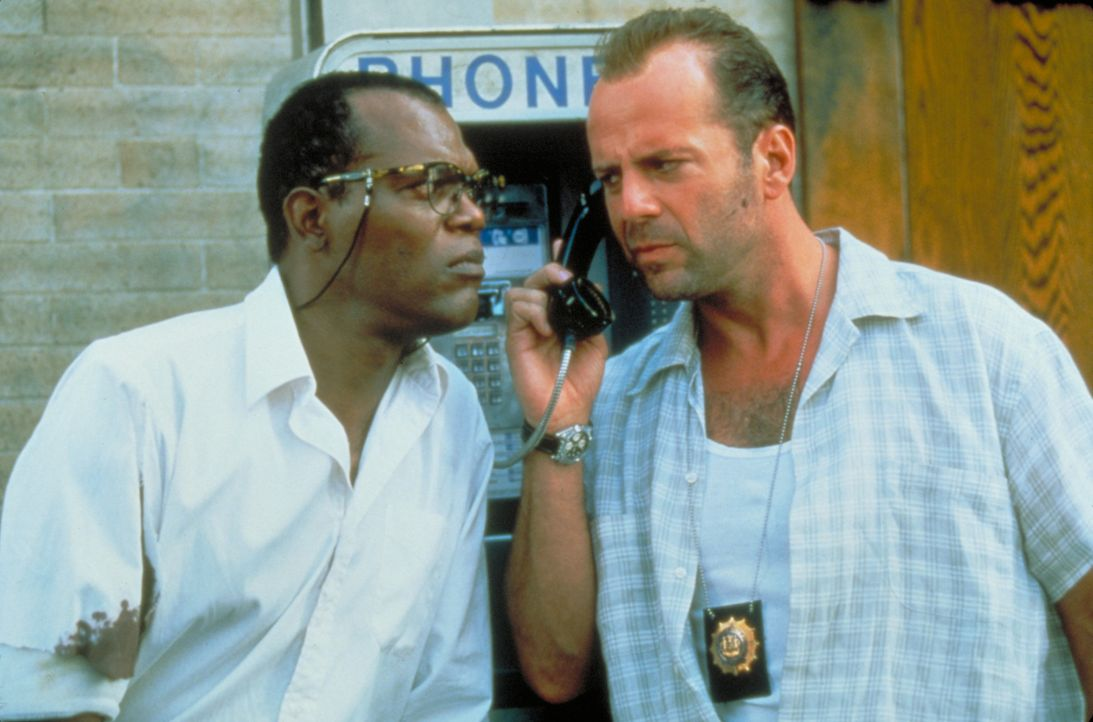 Simon macht sich einen Spaß daraus, McClane (Bruce Willis, r.) und seinen unfreiwilligen Partner Zeus (Samuel L. Jackson, l.) auf einer makaberen Sc... - Bildquelle: Buena Vista Home Entertainment © 1995 Cinergi Pictures Entertainment Inc. Cinergi Productions N.V. Inc. and Twentieth Century Fox Film Corporation