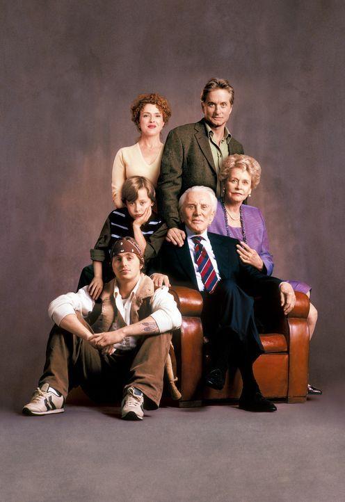 Drei Generationen der Familie Gromberg (v.l.n.r.: Cameron Douglas, Rory Culkin, Bernadette Peters, Kirk Douglas, Michael Douglas, Diana Douglas) leb... - Bildquelle: Buena Vista International