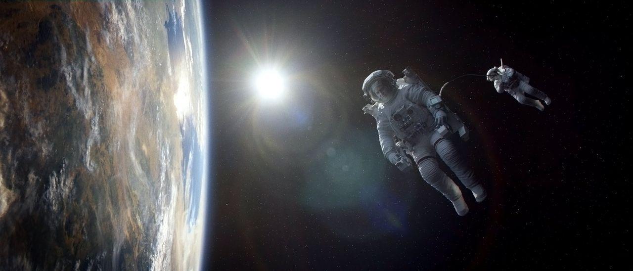 Im Weltraum kann dir keiner helfen: Nachdem ihr Space Shuttle von Trümmerteilen zerstört wurde, treiben Matt (George Clooney, l.) und Ryan (Sandra B... - Bildquelle: Warner Brothers
