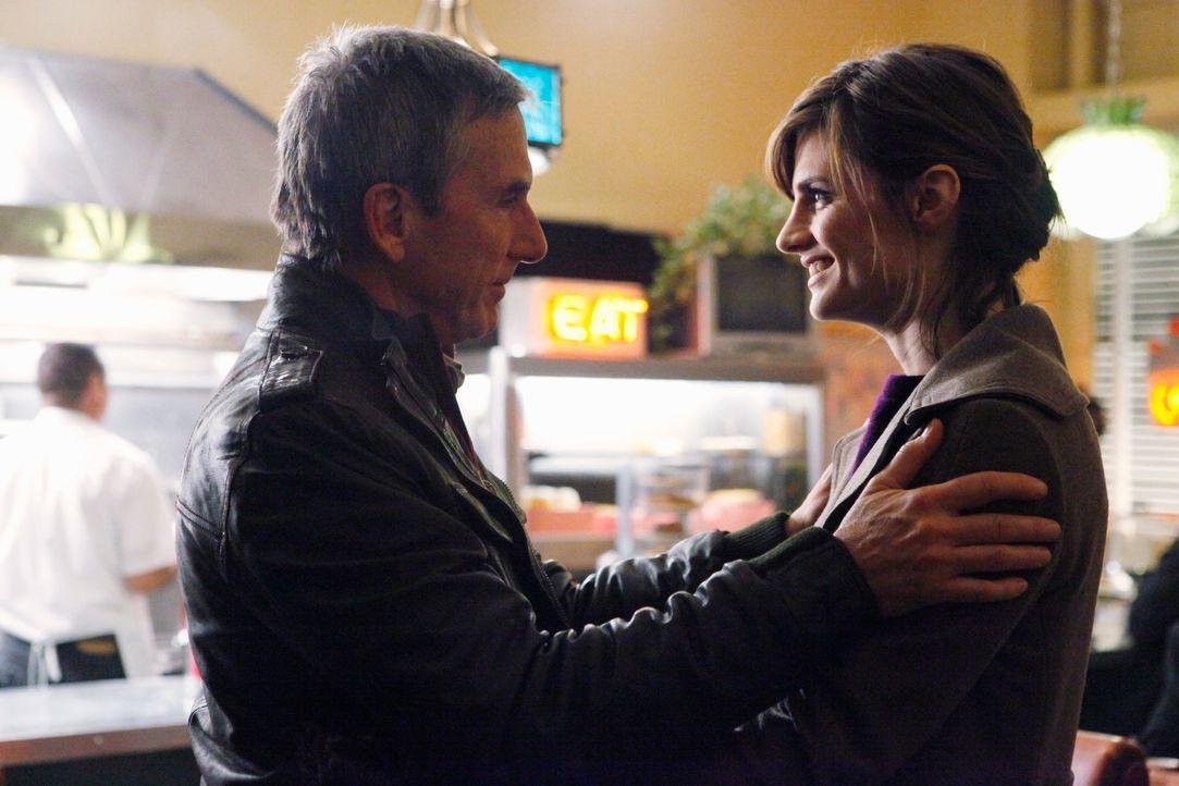 Ermutigt seine Tochter Beckett (Stana Katic, r.) ihren aktuellen Fall nicht auf zu geben: Jim (Scott Paulin, l.)... - Bildquelle: ABC Studios