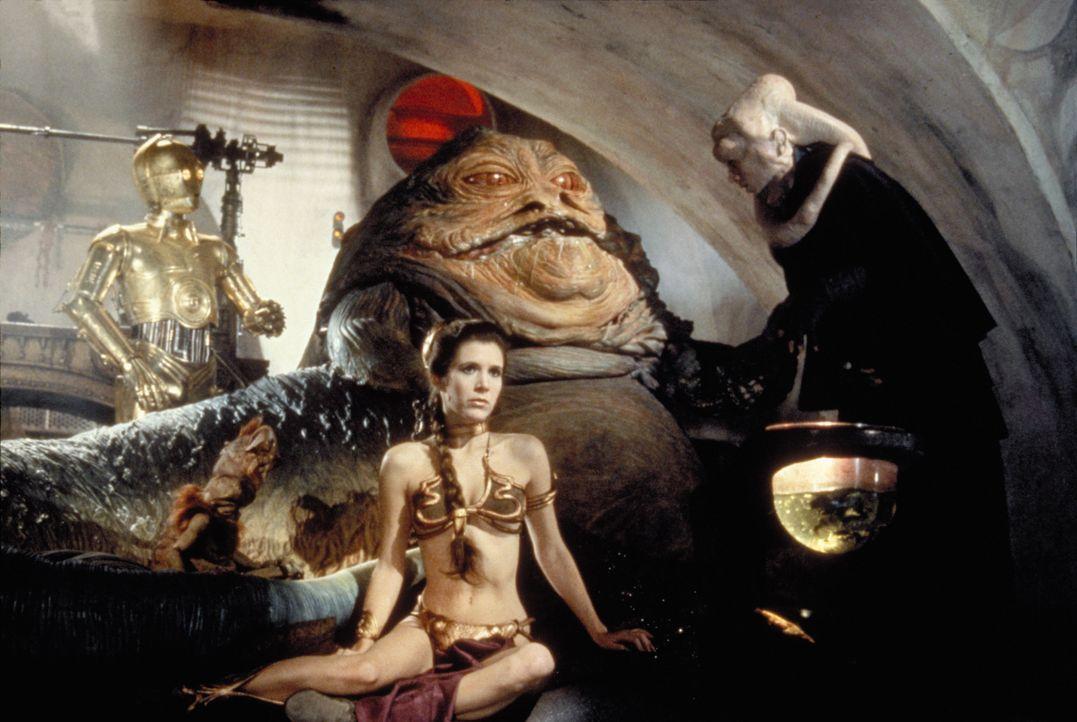 Prinzessin Leia (Carrie Fisher, vorne) gerät in die Gefangenschaft von Jabba the Hutt ... - Bildquelle: TM & © 2015 Lucasfilm Ltd. All rights reserved.