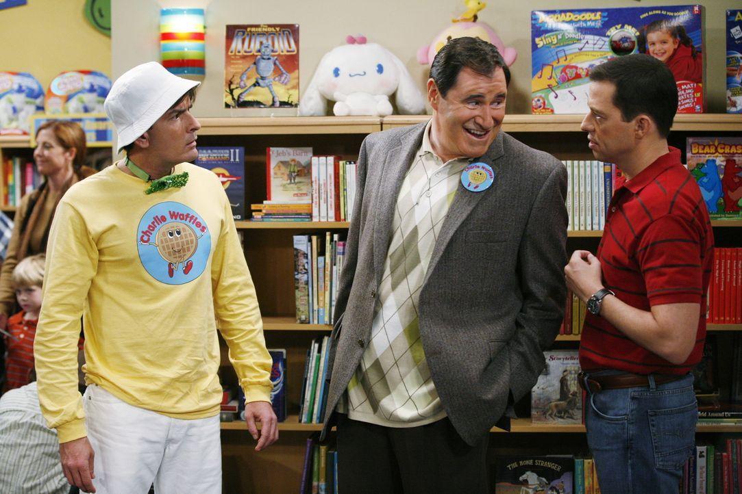 Alans (Jon Cryer, r.) heimliche Hoffnung, dass Charlie (Charlie Sheen, l.) scheitern möge, scheint sich zu erfüllen, als Charlie von seinem Produz... - Bildquelle: Warner Brothers Entertainment Inc.