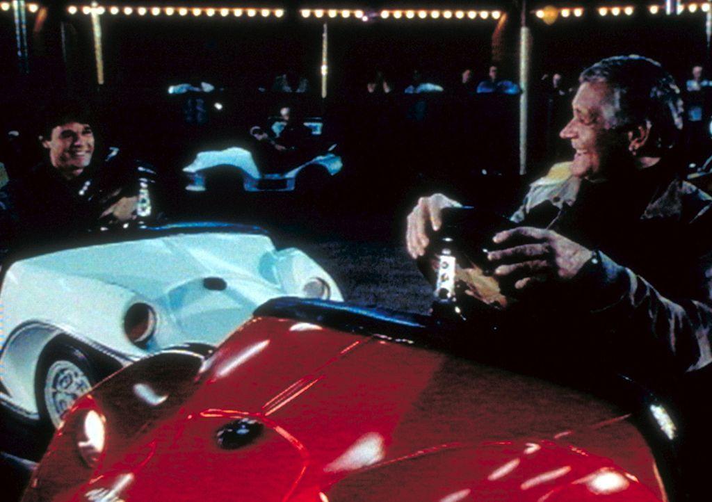 Luke (Joe Dorsey, r.) und sein Sohn Gary (Lee Montgomery, l.) stoßen nicht nur beim Autoscooter immer wieder zusammen. - Bildquelle: Worldvision Enterprises, Inc.