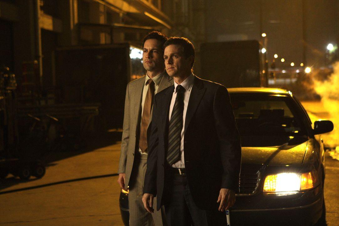 Danny Taylor (Enrique Murciano, l.) und Martin Fitzgerald (Eric Close, r.) vermuten, dass sich Kim in einem alten Lagerhaus aufhält. - Bildquelle: Warner Bros. Entertainment Inc.