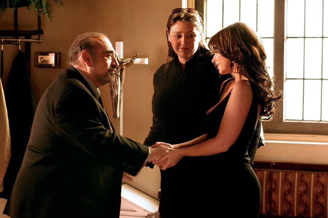 Der Leichenbestatter (Robert Chester Smith, l.) bedankt sich bei Melinda (Jennifer Love Hewitt, r.) und Delia (Camryn Manheim, M.) … - Bildquelle: ABC Studios
