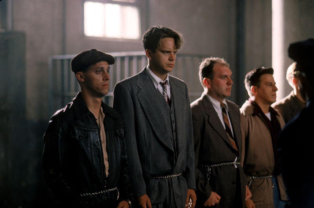 Bereits während der Begrüßungsansprache bekommen Andy (Tim Robbins, 2.v.l.) und die anderen Neuankömmlinge einen Vorgeschmack auf das, was sie erwar... - Bildquelle: 1994 Warner Bros. Entertainment Inc. All Rights Reserved.