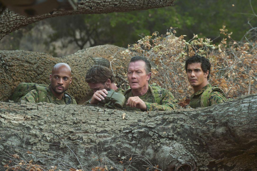 Können Walter (Elyes Gabel, r.), Cabe (Robert Patrick, 2.v.r.) und Luke (Kamal Jones, l.) eine geheime Tarntechnologie des Militärs retten, bevor es... - Bildquelle: Ron Jaffe 2014 CBS Broadcasting, Inc. All Rights Reserved / Ron Jaffe