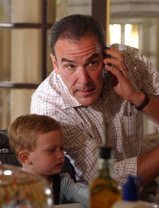 Während sich Elle Greenway um Shelly Hart kümmert, versucht Jason Gideon (Mandy Patinkin, r.) ihren Sohn zu beruhigen, der bei der Tat im Haus war... - Bildquelle: Touchstone Television
