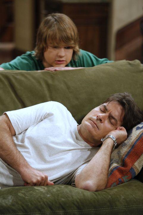 Alans Sohn Jake (Angus T. Jones, oben) hat inzwischen seinen Lernführerschein und braucht einen Erwachsenen, um Auto fahren zu dürfen. Er denkt an... - Bildquelle: Warner Brothers Entertainment Inc.