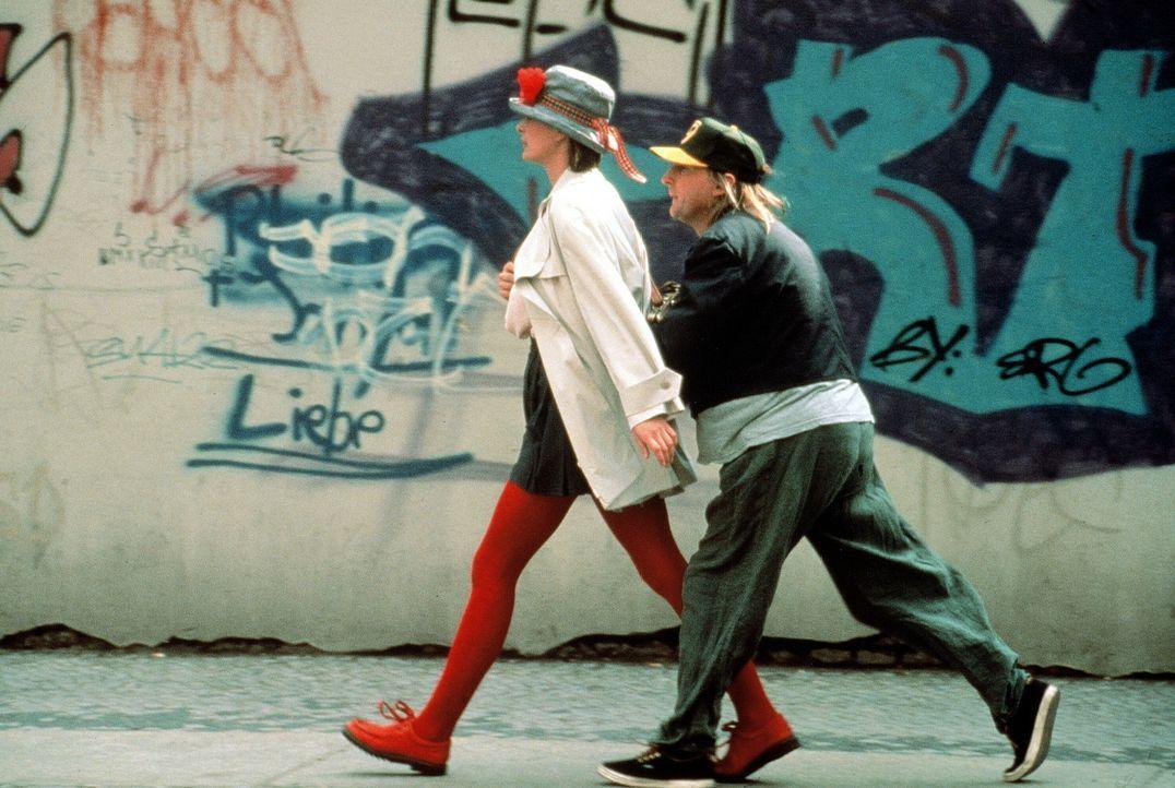 Otto (Otto Waalkes, r.) verliebt sich unsterblich in Tina (Jessika Cardinahl, l.), doch die hält ihn für einen Taschendieb und macht sich aus dem...