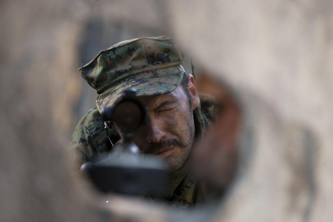 Lässt sich auf ein schier hoffnungsloses Unterfangen ein: Scharfschützenausbilder Richard Miller (Billy Zane) ... - Bildquelle: 2011 Sony Pictures Television Inc. All Rights Reserved.