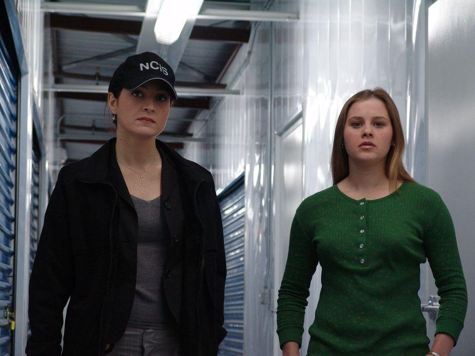 Emmy Pole (Anne Judson Yager, r.), findet im Truck von Petty Officer Dobbs das Skelett von Dobbs' Freundin Nora, die zwei Jahre zuvor verschwunden w... - Bildquelle: CBS Television
