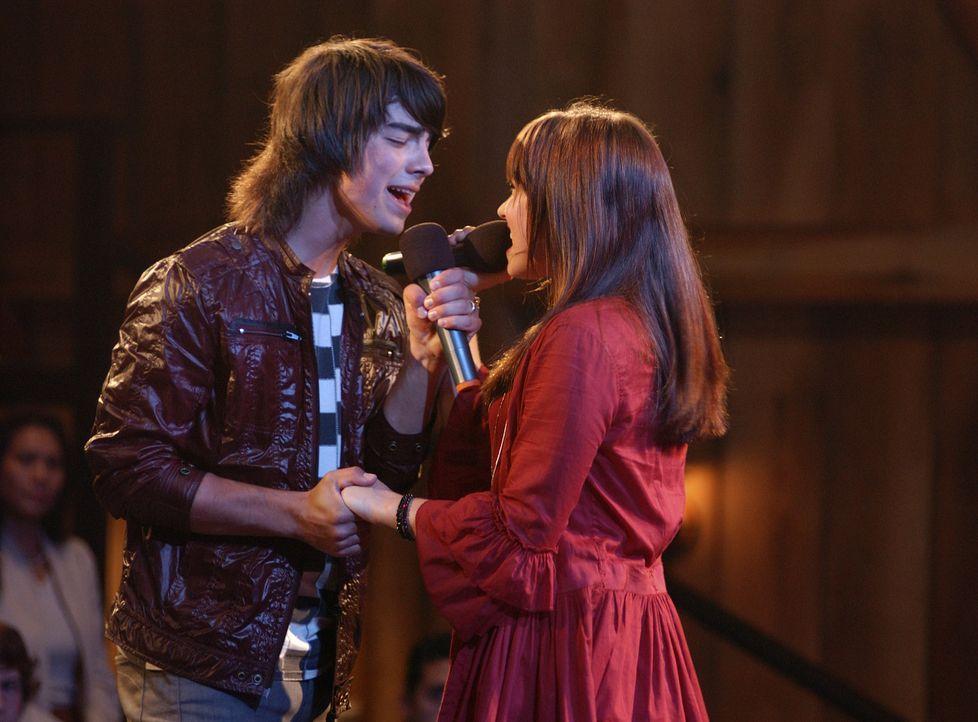 Endlich hat er seine Muse gefunden: Rockstar Shane Gray (Joe Jonas, l.) und die liebenswerte Mitchie (Demi Lovato, r.) ... - Bildquelle: 2007 DISNEY CHANNEL. All rights reserved.