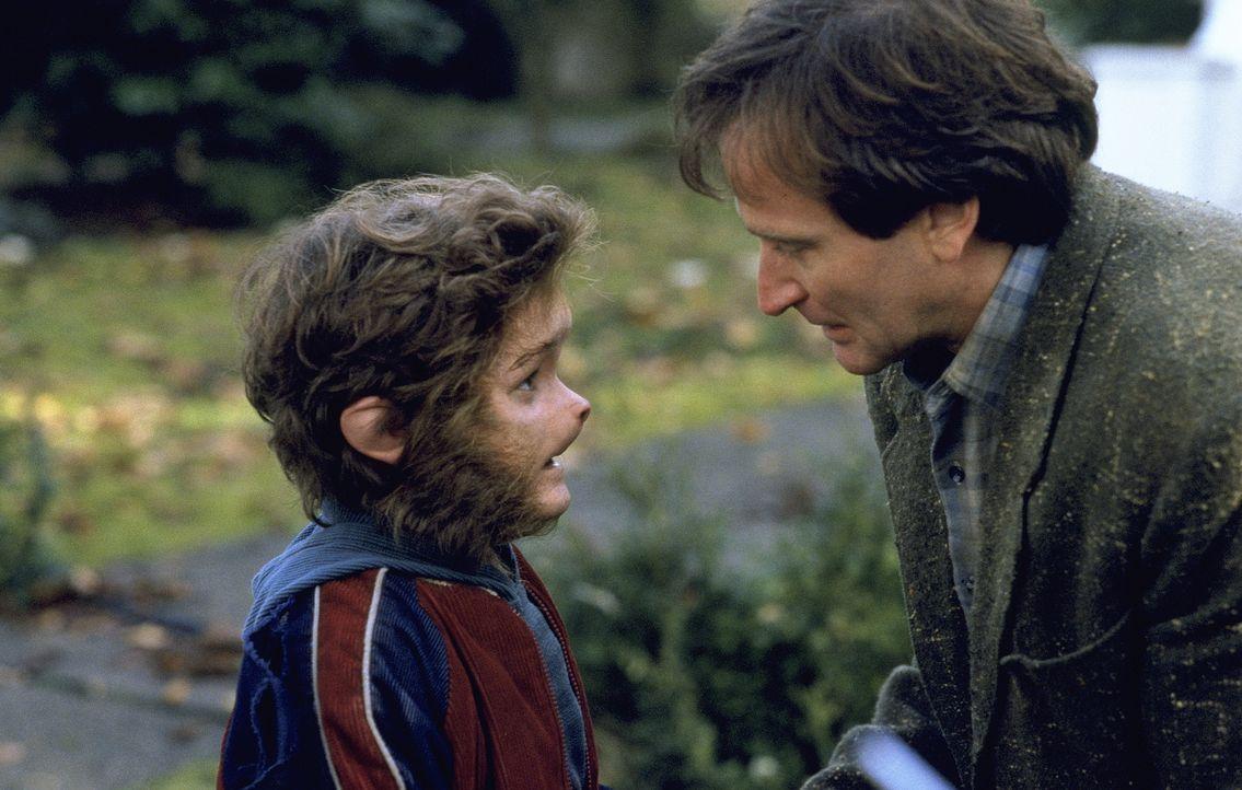 Alan (Robin Williams, r.) ist geschockt, als er sieht was mit Peter (Bradley Pierce, l.) passiert ist ... - Bildquelle: SONY PICTURES TELEVISION INTERNATIONAL