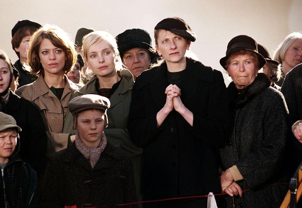 Renate (Heike Makatsch, l.) und Helga (Nadja Uhl, 2.v.l.) warten vor dem Werktor auf Nachrichten von ihren verschütteten Männern. - Bildquelle: Gordon Mühle Sat.1