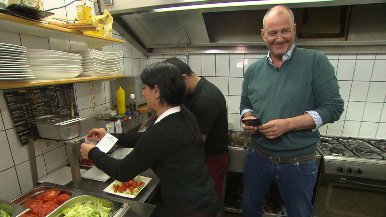 """Wird es das Team von """"XXL-Food-King"""" schaffen, Frank Rosins (r.) Testesser zu überzeugen? - Bildquelle: kabel eins"""