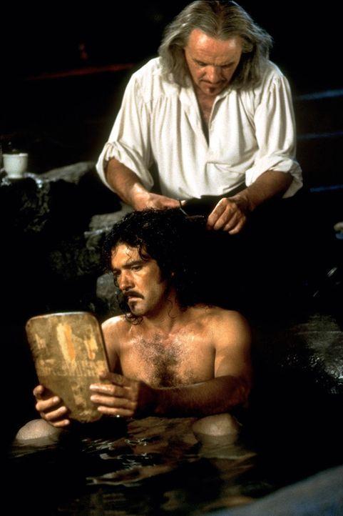 Der alte und der neue Zorro: Don Diego de la Vega (Anthony Hopkins, oben) hat sich mit dem ungehobelten Straßenburschen Alejandro (Antonio Banderas... - Bildquelle: Columbia Pictures