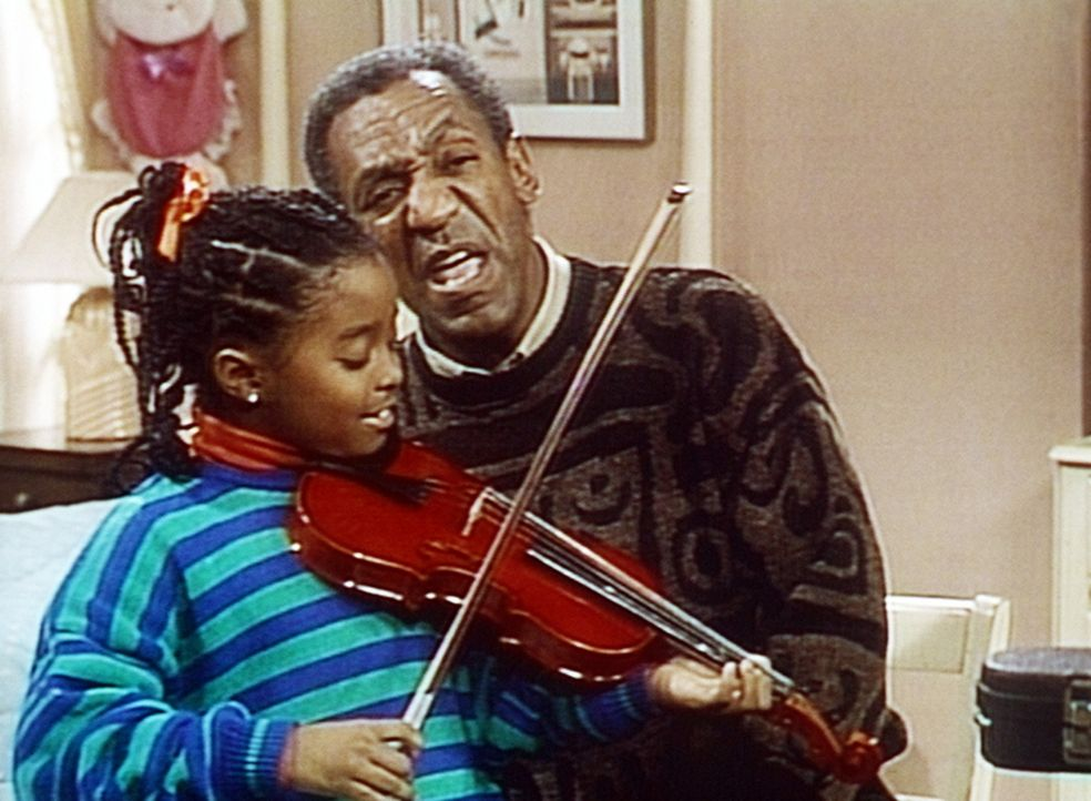 Rudy (Keshia Knight Pulliam, l.) übt mit Cliff (Bill Cosby, r.) Geige für den Musikunterricht ... - Bildquelle: Viacom