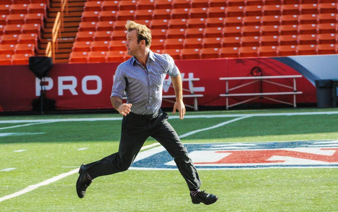 """Es ist """"Pro-Bowl""""-Wochenende auf Hawaii und Danny (Scott Caan) ist vom großen Spiel besessen, während das Team einen neuen Mordfall lösen muss ... - Bildquelle: 2013 CBS Broadcasting, Inc. All Rights Reserved."""