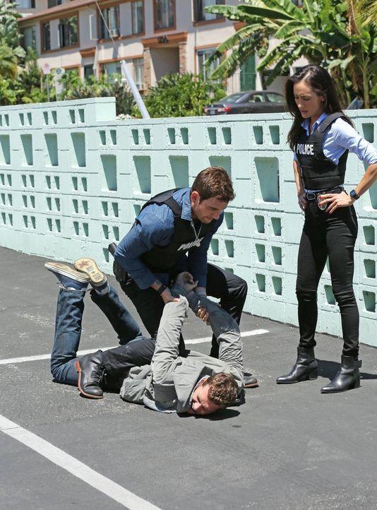 Beth (Maggie Q, r.) und Jack (Dylan McDermott, l.) sind sich nicht sicher, ob Paul (Preston Jones, liegend) wirklich der gesuchte Täter ist? - Bildquelle: Warner Bros. Entertainment, Inc.