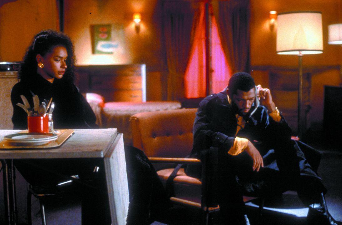 Undercover-Cop John Hull (Laurence Fishburne, r.) verliebt sich ausgerechnet in die Kunsthändlerin Betty McCutcheon (Victoria Dillard, l.), die Dro... - Bildquelle: Warner Bros.