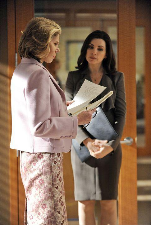Diane Lockhart (Christine Baranski, l.) und Alicia (Julianna Margulies, r.) vertreten eine venezolanische Firma, die für das amerikanische Unterneh... - Bildquelle: CBS   2011 CBS Broadcasting Inc. All Rights Reserved.