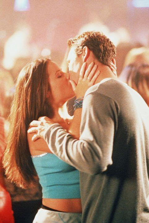 Wird Piper (Holly Marie Combs, l.) Leos (Brian Krause, r.) Heiratsantrag annehmen? - Bildquelle: Paramount Pictures