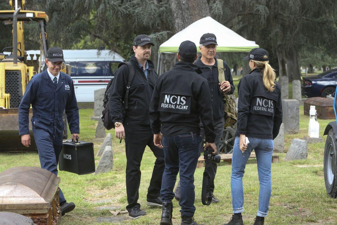 Nachdem die Leiche eines vermissten Navy-Lieutenants auf einem Friedhof gefunden wurde, nimmt das NCIS-Team (v.l.n.r. Brian Dietzen, Sean Murray, Ma... - Bildquelle: Patrick McElhenney 2017 CBS Broadcasting, Inc. All Rights Reserved. / Patrick McElhenney