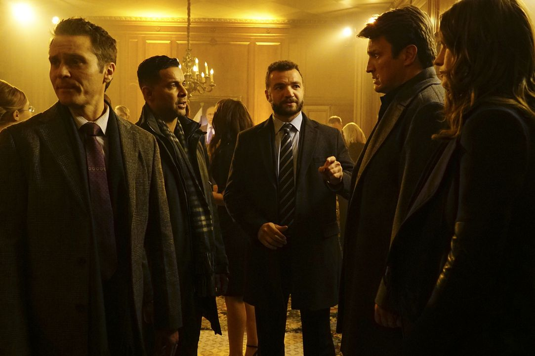Als Ryan (Seamus Dever, l.) und Esposito (Jon Huertas, 2.v.l.), Castle (Nathan Fillion, 2.v.r.) und Beckett (Stana Katic, r.) im Fall des ermordeten... - Bildquelle: Richard Cartwright 2016 American Broadcasting Companies, Inc. All rights reserved.