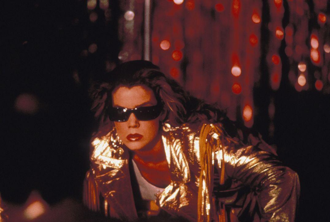 Steckt in Brenda Lee Van Burens (Claudia Christian) Körper auch ein böses Alien, das nur darauf wartet, hemmungslos zuschlagen zu können? - Bildquelle: Warner Brothers