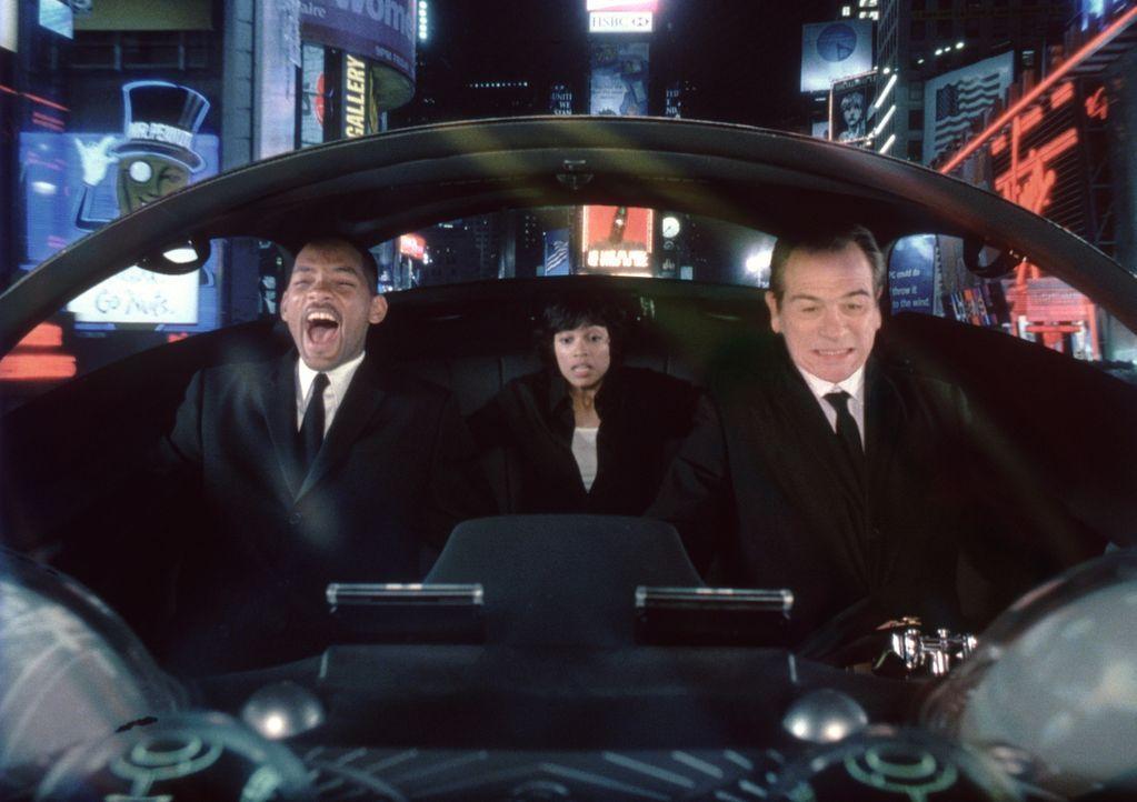 Nachdem Lauras (Rosario Dawson, M.) Chef von Serleena ermordet wird, müssen die MIB in anderer Hinsicht aktiv werden. Für Agent J (Will Smith, l.) g... - Bildquelle: 2003 Sony Pictures Television International