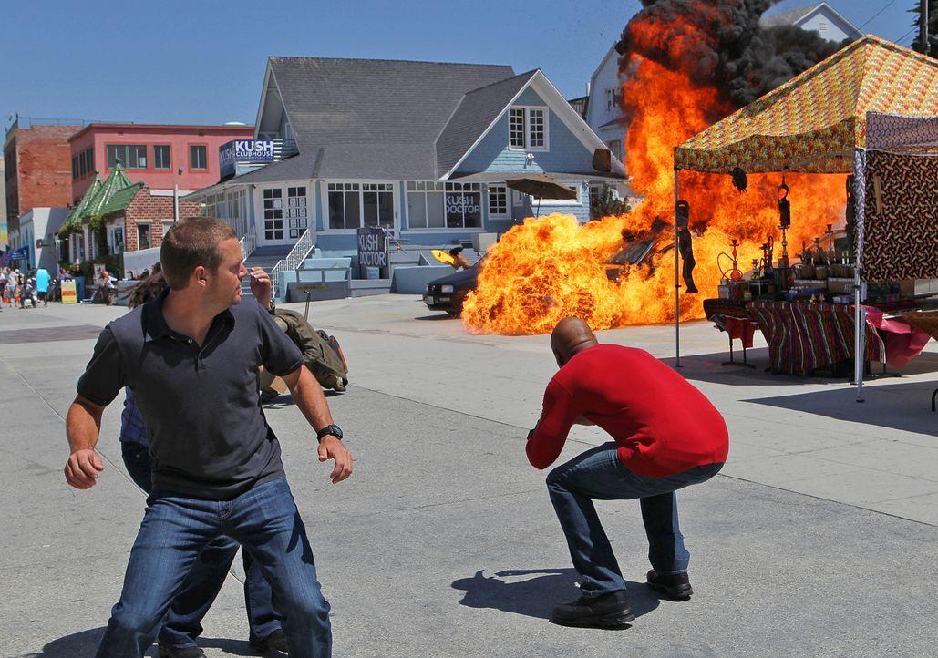Bei den Ermittlungen in einem neuen Fall, geraten Callen (Chris O'Donnell, l.) und Sam (LL Cool J, r.) selbst in Gefahr ... - Bildquelle: CBS Studios Inc. All Rights Reserved.