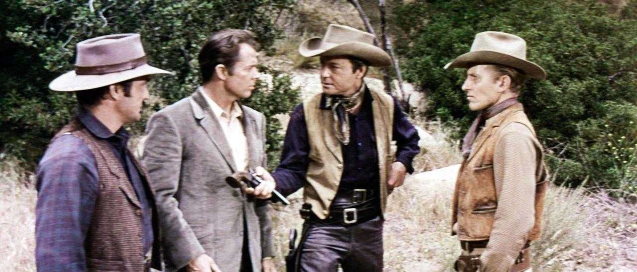 Bandenchef Troop (DeForest Kelley, 2. v. r.) zwingt Geheimagent Gifford (Audie Murphy, 2. v. l.), bei einem Überfall mitzumachen - unmaskiert und i... - Bildquelle: Allied Artists Pictures