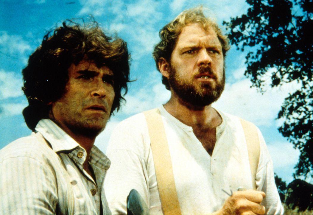 Charle (Michael Landon, l.) und Jonathan (Ernest Borgnine, r.) helfen mit, eine Telefonleitung zu legen. - Bildquelle: Worldvision