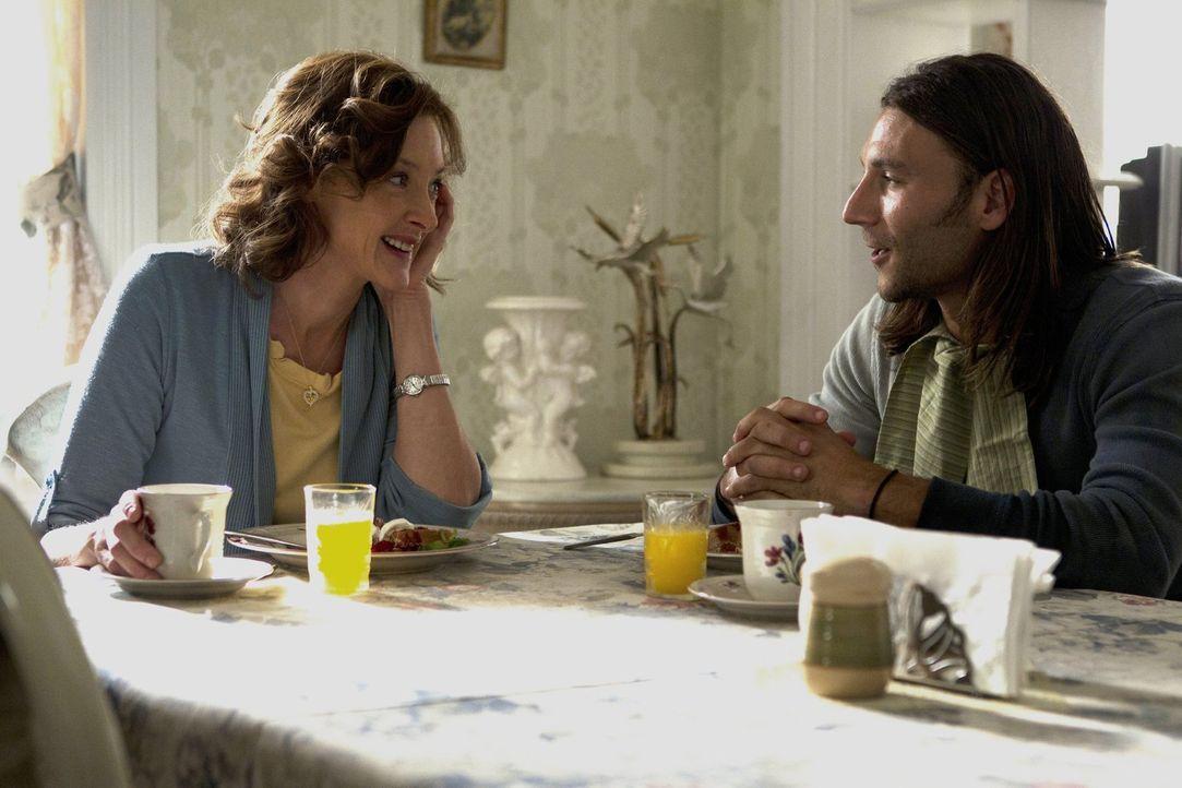 Frank zieht aus, und die Kinder interessiert es nicht. Jody (Zach McGowan, r.) und Sheila (Joan Cusack, l.) kümmern sich anstatt der Familie um Gram... - Bildquelle: 2010 Warner Brothers