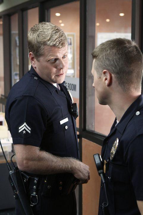 Officer John Cooper (Michael Cudlitz, l.) und Officer Ben Sherman (Benjamin McKenzie, r.) bereiten sich auf den bevorstehenden Einsatz vor ... - Bildquelle: Warner Brothers