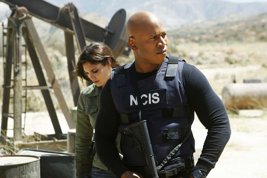 Arbeiten an einem neuen Fall: Sam  (LL Cool J, r.) und Kensi (Daniela Ruah, l.) ... - Bildquelle: CBS Studios Inc. All Rights Reserved.