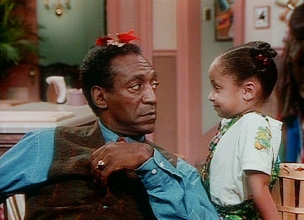Cliff (Bill Cosby, l.) verhandelt mit Olivia (Raven Symone, r.) über die Reparatur der Waschmaschine. - Bildquelle: Viacom