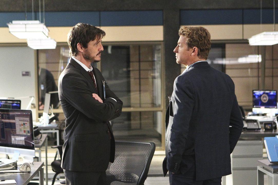 Marcus Pike (Pedro Pascal, l.), den Lisbon heiraten wollte, bevor Jane (Simon Baker, r.) ihr seine Liebe gestand, taucht im Büro auf, um ihr einen B... - Bildquelle: Warner Bros. Television
